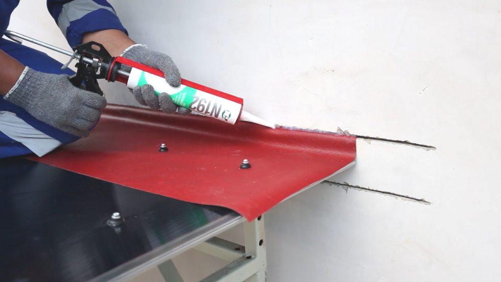 aplikasi sealant oci n192 pada sambungan atap pertemuan dinding atap kanopi dengan karpet flashing